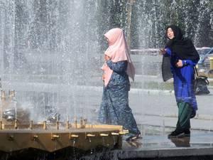 Muslimische Frauen in der Hauptstadt Bishkek. Foto credit: Yanti Hölzchen