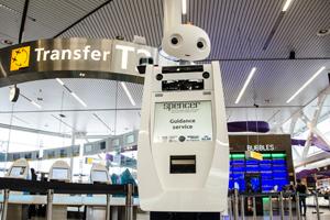 Guten Flug: Der mit Sensoren und Kameras ausgestatte mannshohe Roboter SPENCER scannt die Bordpässe der Passagiere und begleitet sie selbstständig durch den Flughafen. Foto credit: SPENCER-Projekt/KLM