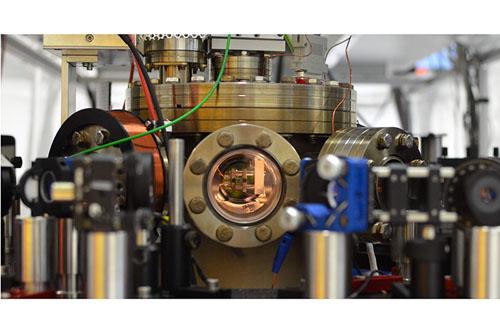 Ansicht der Vakuumkammer mit der Falle (Mitte). Foto cedit: AG Quantum, JGU Mainz