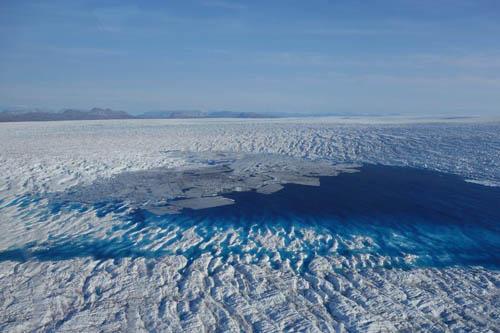 Das Grönlandeis: Aufwendige Untersuchungen bringen die Dynamik tiefer Eisschichten zutage. Foto credit: Alfred-Wegener-Institut/Coen Hofstede