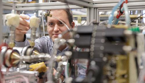 Das Team um Paul Winkler konnte nun die Eigenschaften der Kontaktlinie und den (mikroskopischen) Kontaktwinkel aus Messungen heterogener Nukleation an kugelförmigen Nanopartikeln direkt bestimmen (Image copyright Universität Wien).