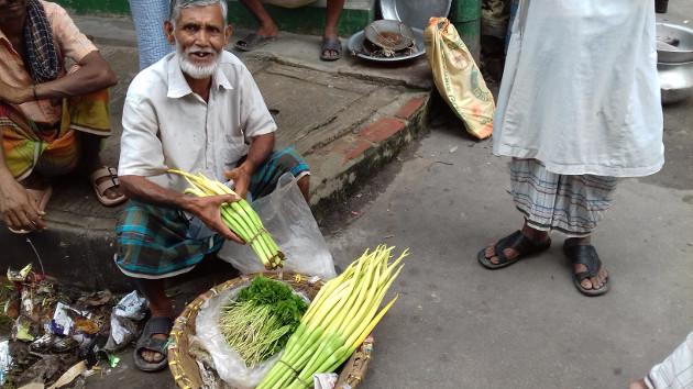 Street hawker Manik Mian convinces his customers to show the quality of his items. Photo credit: Kayes Sohel