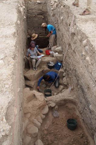 Ausgrabungen hinab zu den bronzezeitlichen Schichten in der Oberstadt von Bassetki. Foto credit: P. Pfälzner
