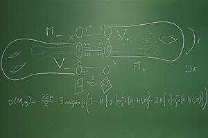 """Die Skizze beschreibt eine """"extra twisted connected sum"""", eine spezielle G2-Mannigfaltigkeit. Darunter ist eine Formel für ihre erweiterte nu-Invariante notiert. Foto credit: Sebastian Goette"""