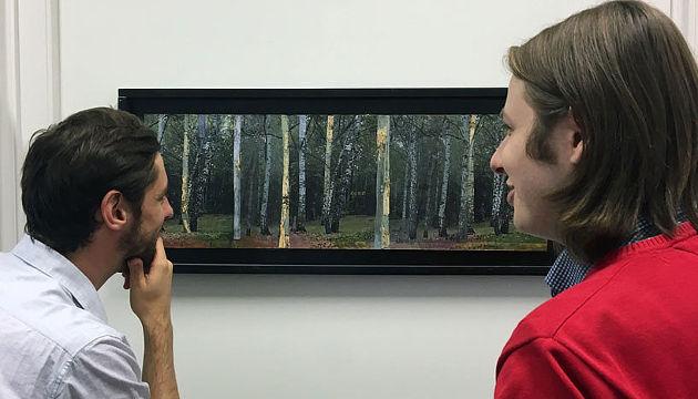 Matthew Pelowski (links) und Michael Forster (rechts) von der Fakultät für Psychologie der Universität Wien bei Recherchen für ihre Studie. Das gezeigte Bild stammt von Institutsvorstand Hlemut Leder (Image copyright: Jürgen Goller).
