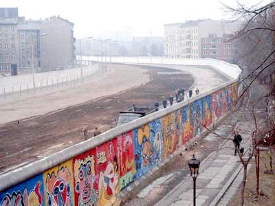 Die Berliner Mauer am Bethaniendamm. Image credit: Noir (Source: Wikipedia)
