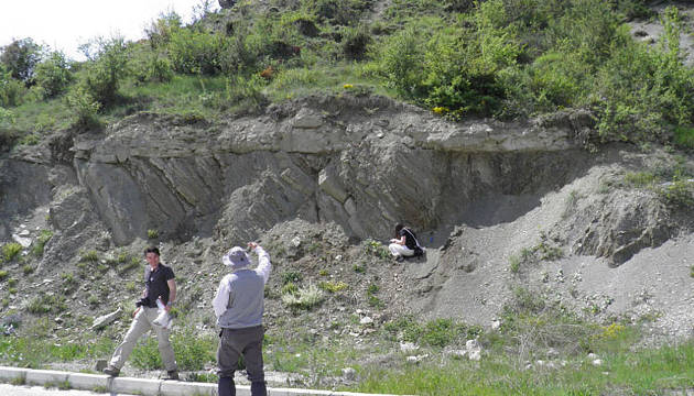 Die ForscherInnen bei einer Auflagerung anthropogener Ablagerungen des Anthropozäns auf Kreidesedimenten in der Nordwest-Türkei (Image copyright: Michael Wagreich, Universität Wien).