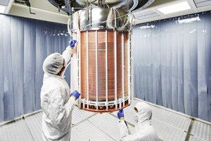 Wissenschaftler beim Aufbau der Zeit-Projektionskammer. Foto credit: Enrico Sacchetti/XENON-Kollaboration