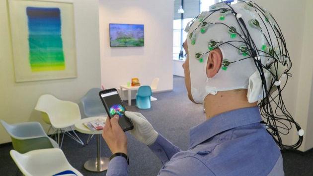 Einsatz einer hirngesteuerten Handprothese im Alltag: bald ein normaler Anblick? Foto credit: Surjo R. Soekadar / Universität Tübingen
