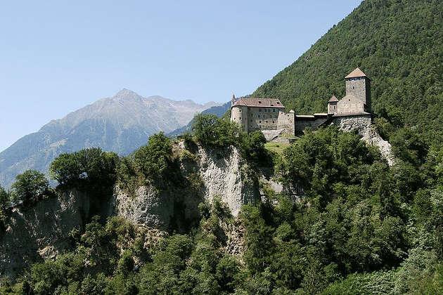 Schloss Tirol bei Meran heute. Das Schloss ist der historische Stammsitz der Grafen von Tirol. Image credit: Herbert Ortner (Source: Wikimedia Commons)