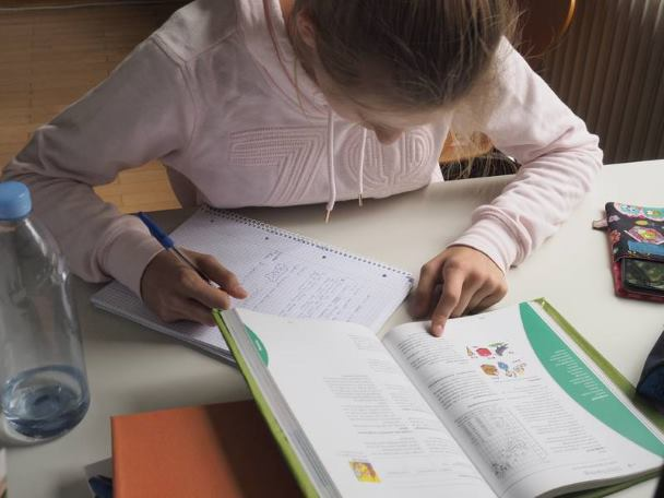 Wer seine Hausaufgaben gewissenhaft erledigt, kann auch allgemein eine gewissenhaftere Persönlichkeit entwickeln. Foto credit: Friedhelm Albrecht / Universität Tübingen