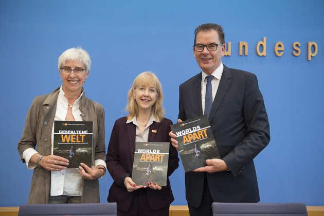 Renate Bähr, Bettina Maas und Dr. Gerd Müller bei der Vorstellung des UNFPA-Weltbevölkerungsberichts in der Bundespressekonferenz. Foto credit: © Jens Jeske/DSW.