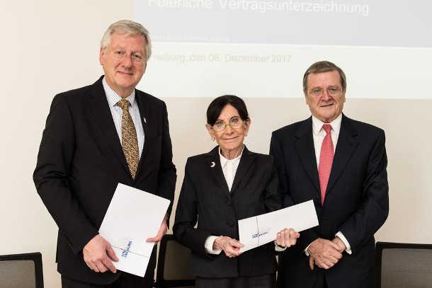 Hans-Jochen Schiewer, Eva Mayr-Stihl und Robert Mayr (von links) haben die Fördervereinbarung unterzeichnet. Foto credit: Patrick Seeger