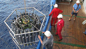 Die Sammelrosette mit den 20 Liter Sammelgefäßen wird zu Wasser gelassen, um Wasserproben aus bis zu 5000 m Tiefe zu sammeln (Image copyright: Alexander Bochdansky).