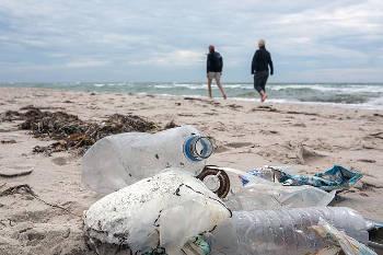 Plastikflaschen am Strand – Foto credit: NABU/Felix Paulin
