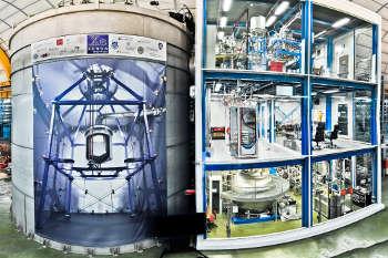Das XENON1T-Experiment im Gran-Sasso-Untergrundlabor mit Wassertank zur Strahlungsabschirmung, der den Detektor enthält (links), und dem Technikgebäude (rechts). Foto credit: Roberto Corrieri/Patrick de Perio