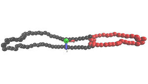 Ein Trefoil-Knoten unter starker Scherung, mit Hydrodynamik, in seinem delokalisierten, gelockerten Zustand. Der als Knoten erkannte Bereich ist rot markiert, der Rest des Rings ist schwarz. Die Achsenbeschriftungen entsprechen x = Fluss-, y = Gradienten- und z = Vortizitätsrichtung. Diese Konfiguration setzt sich bei sehr starken Scherraten und ausschließlich bei Berücksichtigung hydrodynamischer Wechselwirkungen durch (Image copyright Maximilian Liebetreu).