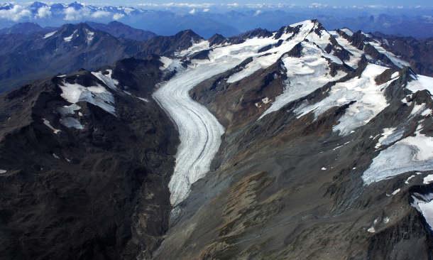 Gletscher machen die Folgen des Klimawandels auch heute bereits deutlich sichtbar, wie dieses Beispiel zeigt: Im Bild eine Aufnahme des Hintereisferners und der Weißkugel in TirolEnde August 2015. Die beiden oberen Seitengletscher (im Bild von rechts) waren vor wenigen Jahren noch in Verbindung mit dem Hintereisferner. Die Schneerücklagen reichen nicht mehr aus, um den Gletscher im Gleichgewicht zu halten. (Image credit: Institut für Atmosphären- und Kryosphärenwissenschaften)