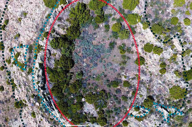 Ein großer Krater aus dem Streufeld: Die rote Linie zeigt die Umrisse des Kraters an. Foto credit: Thomas Kenkmann