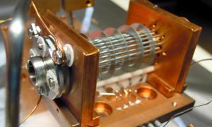In dieser Ionenfalle haben Innsbrucker Physiker Amid-Ionen mit Hilfe von Terahertz-Strahlung untersucht. (Image credit: Uni Innsbruck)
