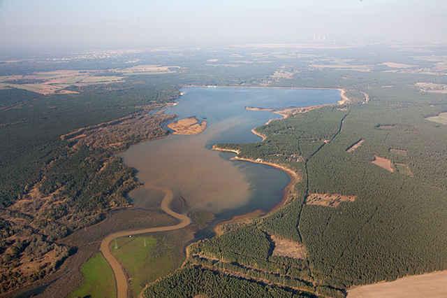 Von Eisenocker braun gefärbte Gewässer in der Tagebauregion bei Spremberg. Foto credit: NABU/Rauhut