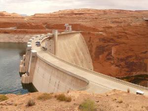 Staudämme sind ein häufiges Element in Wassertransfer-Megaprojekten und können die umgebenden Ökosysteme nachhaltig beeinträchtigen. Image credit: LoggaWiggler (Source: Pixabay)